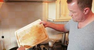 Helfender Vati mit dem Kochen stock footage