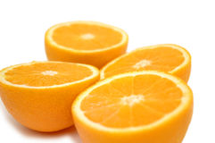 Helft-besnoeiing sinaasappelen die op w worden geïsoleerdn stock afbeelding