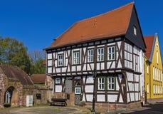 Helft-betimmerd huis en ook stadhuis in de kleine stad Gelnhausen in Hessen stock foto's