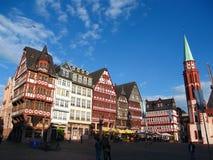 Helft-betimmerde Huizen in Avondzon op Roemerberg, Frankfurt-am-Main, Duitsland stock foto's
