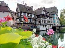 Helft-betimmerde huizen over de kanalen in Straatsburg stock afbeelding