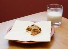 Helft-gegeten koekje met een half gedronken glas melk stock fotografie