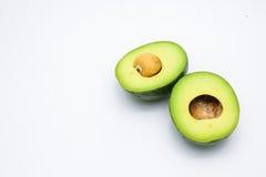 Helft groene die avocado's op een wit wordt de geïsoleerd Royalty-vrije Stock Foto