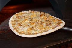 Helft-klaar die paddestoelpizza uit oven wordt genomen Stock Fotografie
