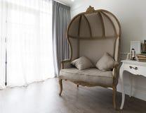 Helft-koepel leunstoel in woonkamer Royalty-vrije Stock Afbeelding