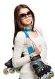 Helft-lengte portret die van tiener rolschaatsen houden Stock Fotografie