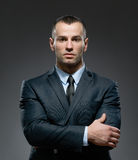 Helft-lengte portret van mannetje met gekruiste wapens Stock Afbeelding