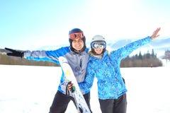Helft-lengte portret van twee die skiërs omhelzen die beschermende brillen en blazers dragen Selectieve nadruk royalty-vrije stock foto