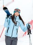 Helft-lengte portret van vrouw die skis overhandigen Royalty-vrije Stock Foto