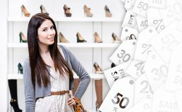 Helft-lengte portret van vrouw in winkelcentrum De tijd van de verkoop Stock Foto