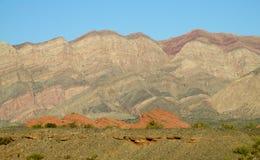 Helft-woestijn berglandschap stock afbeeldingen