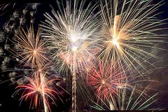 Helgdagsaftonen för ` s för det nya året och fjärdedelen av Juli fyrverkerier i södra Florida täcker natthimlen med bristningar a Arkivbild