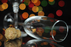 Helgdagsaftonparti för lyckligt nytt år med champagneexponeringsglas och kork Arkivfoton