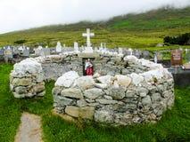 Helgedom för ` s för St Colman väl, Slievemore, Achill ö royaltyfri foto