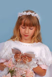helgedom för första flicka för nattvardsgång gående till Royaltyfria Foton