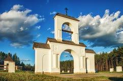 Helgedom väl av symbolen av Theotokosen i den gröna skogen Vitryssland Rakov Arkivfoto