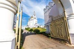 Helgedom-VarsonofievskyPokrovo-Selischenskiy nunnekloster royaltyfri fotografi