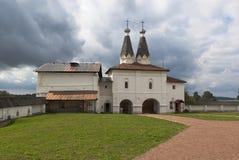 Helgedomen utfärda utegångsförbud för den Ferapontov Belozersky kloster av Kristi födelse av oskulden med kyrkorna av epiphanyen  arkivbild