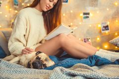 Helgen för den unga kvinnan dekorerade hemma sovrummet med hundnärbild royaltyfri foto