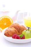Helgfrukost: giffel, frukt och apelsin Arkivfoton