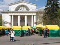 Helgmarknaden på den Izmaylovsky fyrkanten i Moskva Royaltyfria Foton
