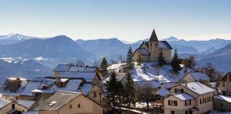 Helgon-Apollinaireby i vinter Hautes-Alpes franska fjällängar, Frankrike arkivfoto