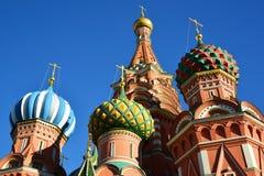 Helgon Basil Cathedral och Vasilevsky nedstigning av den röda fyrkanten i Moskva, Ryssland fotografering för bildbyråer