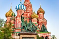 Helgon Basil Cathedral på den röda fyrkanten, Moskva på solnedgången Royaltyfria Bilder