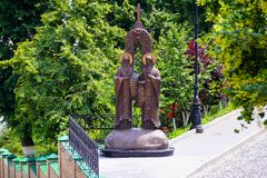 Helgon cyril och methodiusstaty i Kiev Pechersk Lavra arkivfoton