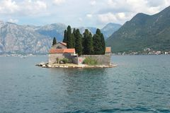Helgon George Island med en Benedictine kloster i fjärden av Kotor - Montenegro royaltyfri fotografi