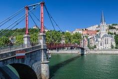 Helgon Georges Church och Passerelle Lyon Frankrike Arkivbild