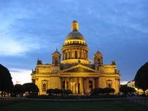 Helgon Isaac Cathedral med upplyst, St Petersburg, Ryssland Royaltyfri Bild