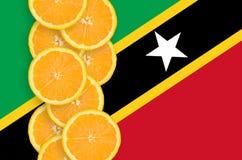 Helgon Kitts och vertikal rad för Nevis flagga- och citrusfruktskivor royaltyfri fotografi