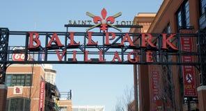 Helgon Louis Ballpark Village Sign Royaltyfri Foto