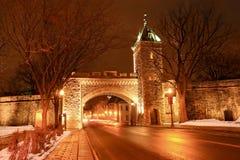 Helgon Louis Gate på natten, Quebec, Kanada arkivbild