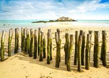 Helgon Malo Fort National och poler, lågvatten. Brittany Frankrike. Arkivfoto