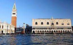 Helgon Mark Bell Tower av Venedig och slotten för doge s Arkivfoto