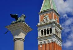 Helgon Mark Lion med det Klocka tornet Arkivbild