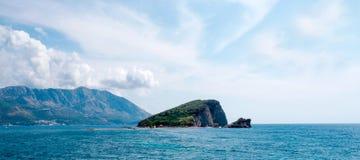 Helgon Nicholas Island Sveti Nikola Island nära staden av Budva Royaltyfria Foton