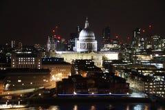 Helgon Pauls Cathedral på natten arkivfoto