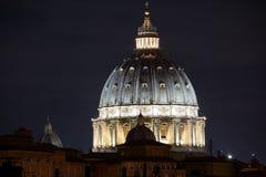 Helgon Peter Basilica, Rome, Italien på natten royaltyfria bilder