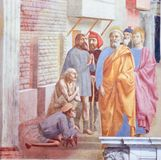 Helgon Peter Healing det sjukt med hans skugga - freskomålning i Florenc royaltyfri bild