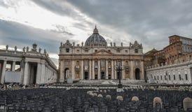 Helgon Peter Square med Sten Peter Basilica arkivfoton
