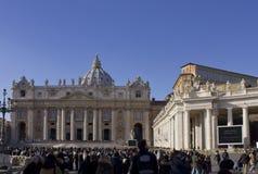 Helgon Peters Basilica och dess colonnad royaltyfri fotografi