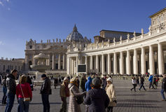 Helgon Peters Basilica och folk royaltyfri foto