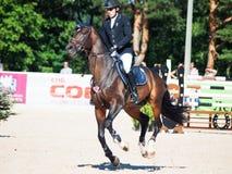 HELGON PETERSBURG-JULY 06: Rider Kristapas Neretnieks på Karamsin Royaltyfri Foto