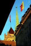 Helgon Pierre Cathedral Geneva i den gamla staden med schweizaren och geneva flaggor royaltyfri fotografi
