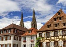 Helgon-Pierre-och-Paul kyrkliga torn i Obernai, Frankrike royaltyfria bilder