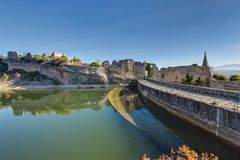 Helgon-Saturnin-les-benägna - Luberon - Provence - Frankrike Arkivfoto