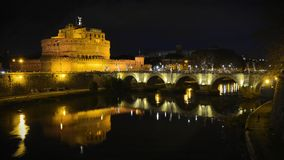 HelgonAngelo slott i Rome vid natt Royaltyfri Bild